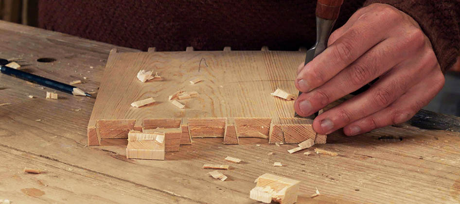 green_woodworking_slideshow_0045_removing-the-waste-with-a-dovetail-chisel.jpg